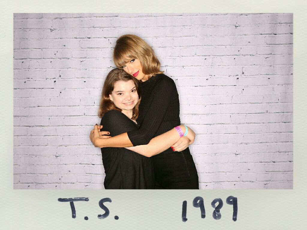 Taylor with a fan during the pre show meet and greet in san diego taylor with a fan during the pre show meet and greet in san diego kristyandbryce Gallery