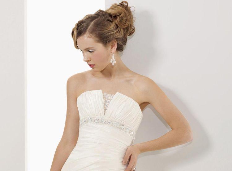 Frisur Für Trägerloses Kleid Messy Dutt Seitenscheitel Frisuren