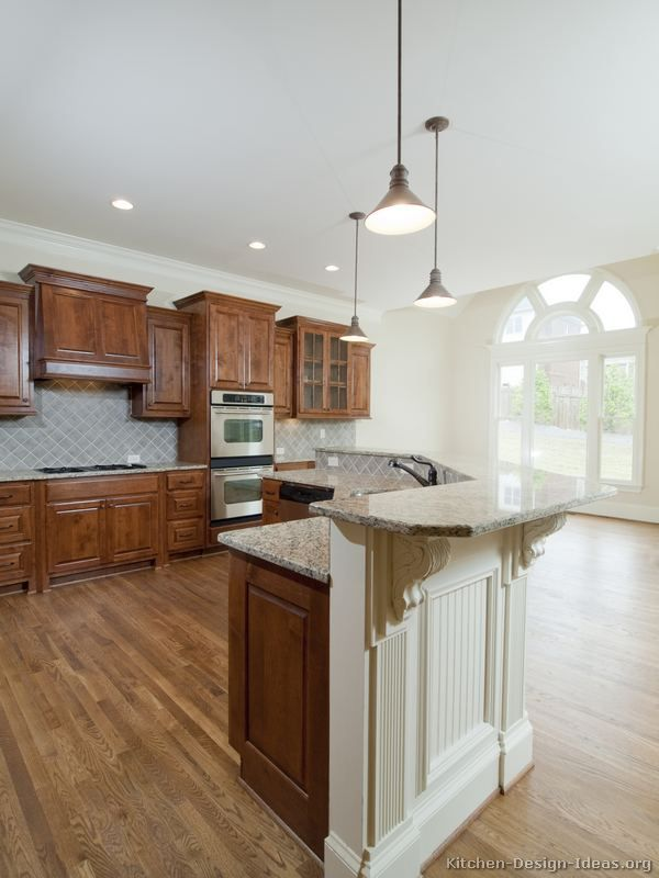 Traditional Two-Tone Kitchen Cabinets (Kitchen-Design-Ideas.org ...