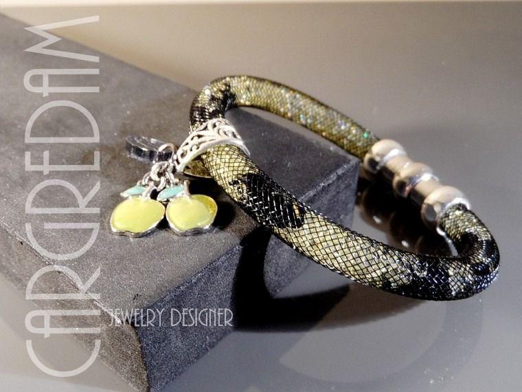 Bracelet tube résille nylon cristaux strass vert pastel et noir jet breloque émaillée : Bracelet par shamballa-s-cargredam1