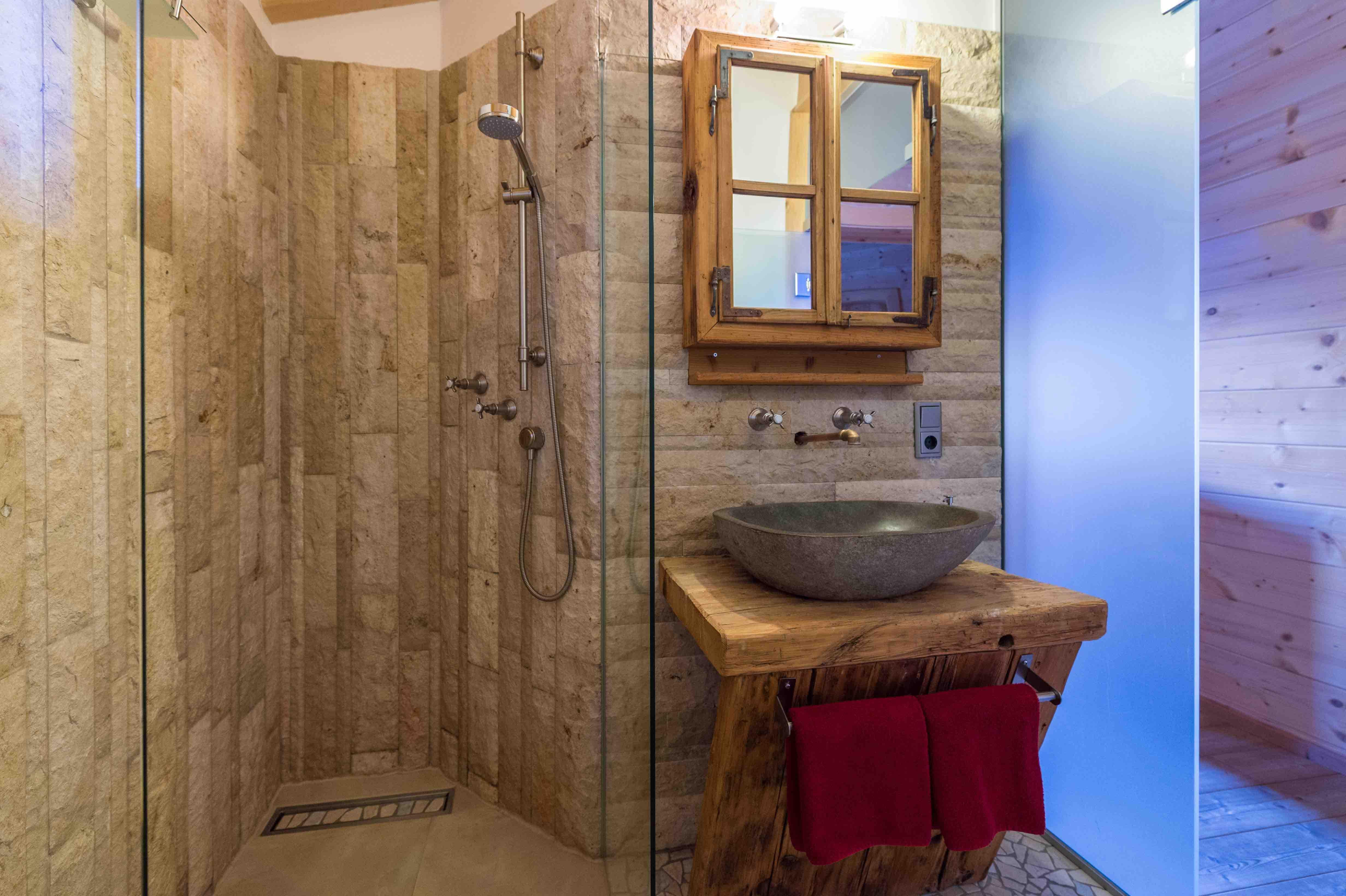 ChaletStyle Badezimmer mit Dusche im Blockhaus