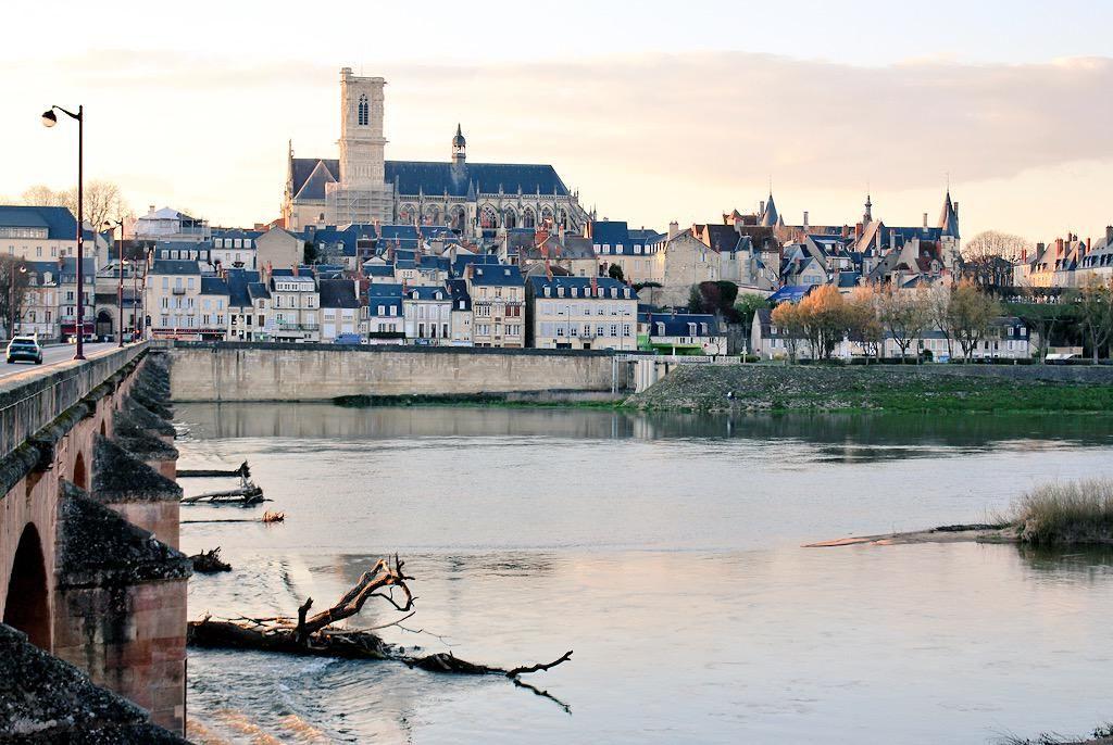 RT Magnifique photo de #Nevers prise hier soir par @1Fra_100Visages ! #MagnifiqueFrance #Nièvre #PaysagesReves