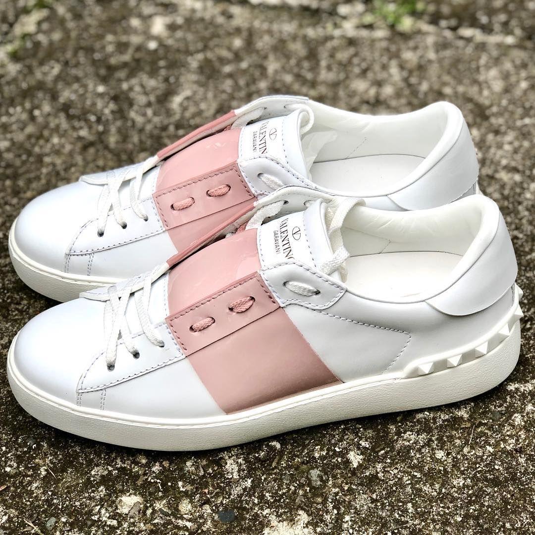 Tego Modelu Nie Trzeba Przedstawiac Biale Sneakersy Valentino Ozdobione Kontrastowym Paskiem Oraz Bialymi Nitami Idealne Do Sportowych Stylizac Instagram