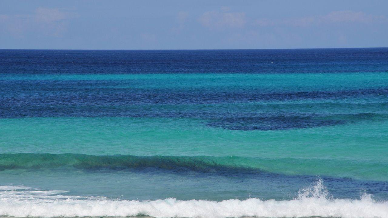 لماذا سمي البحر الأبيض المتوسط بهذا الاسم Water Waves Mediterranean