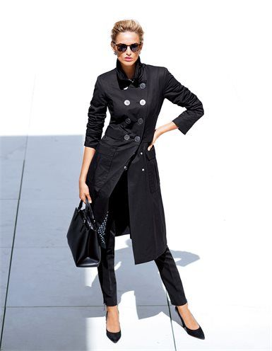 Damen Trenchcoat mit großen Knöpfen, Techno-Hose in Slimline, Sonnenbrille im Leo-Look, Große Damen Business-Tasche aus echtem Leder mit Bodenfüßen, Veloursleder-Pumps mit hohem, breiteren Absatz und Glattleder-Akzenten
