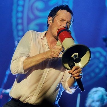 Stone Temple Pilots demite o vocalista Scott Weiland:  http://rollingstone.com.br/noticia/stone-temple-pilots-demite-o-vocalista-scott-wiland/