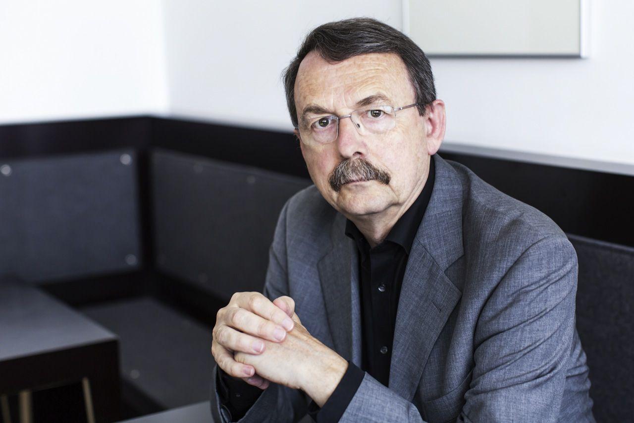 """Den demokratiske kapitalisme lever på lånt tid: """"I de sidste 30 år har løbske finansmarkeder og politikere forsøgt at lappe på den demokratiske kapitalismes grundlæggende skævheder. Men med eurokrisen er finansmarkederne på vej til at sejre over demokratiet, siger den tyske professor Wolfgang Streeck"""", 6. juli 2013"""