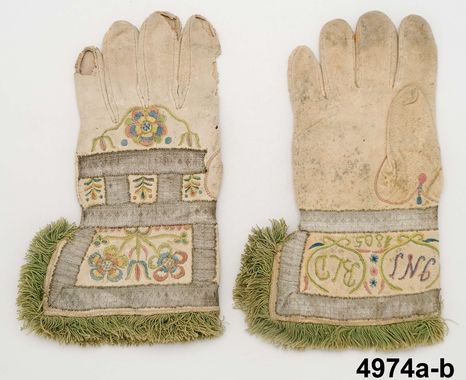 Handskar  Produktion 1805  Brukningsort: Sverige (SE)  Småland  Allbo hd  Stenbrohult Identifier NM.0004974A-B Nordiska museet