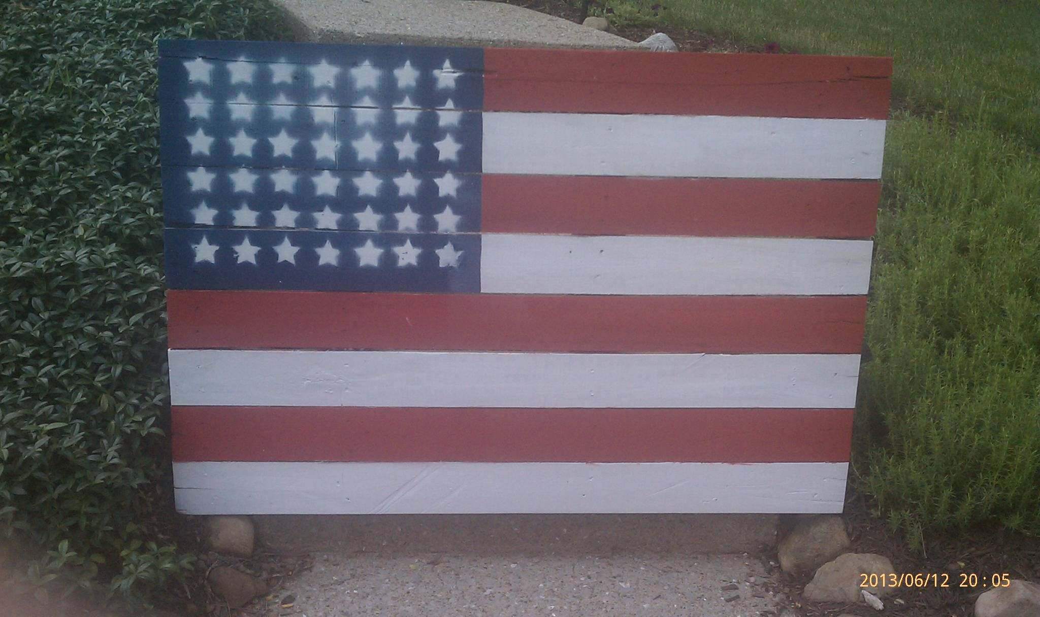 simple to make this flag out of pallets i made a template of stars out of cardboard and spray. Black Bedroom Furniture Sets. Home Design Ideas
