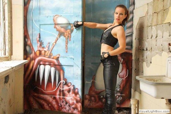 Annika Bond nutzt Sklavensau als Vorleger