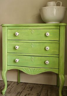 chalkpaint in the colors old white and pale sage from Abondanza