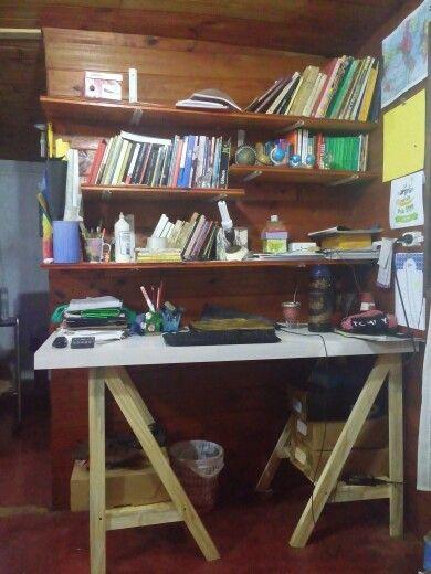 Esquina de estudio! Escritorio con caballetes, repisas para libros