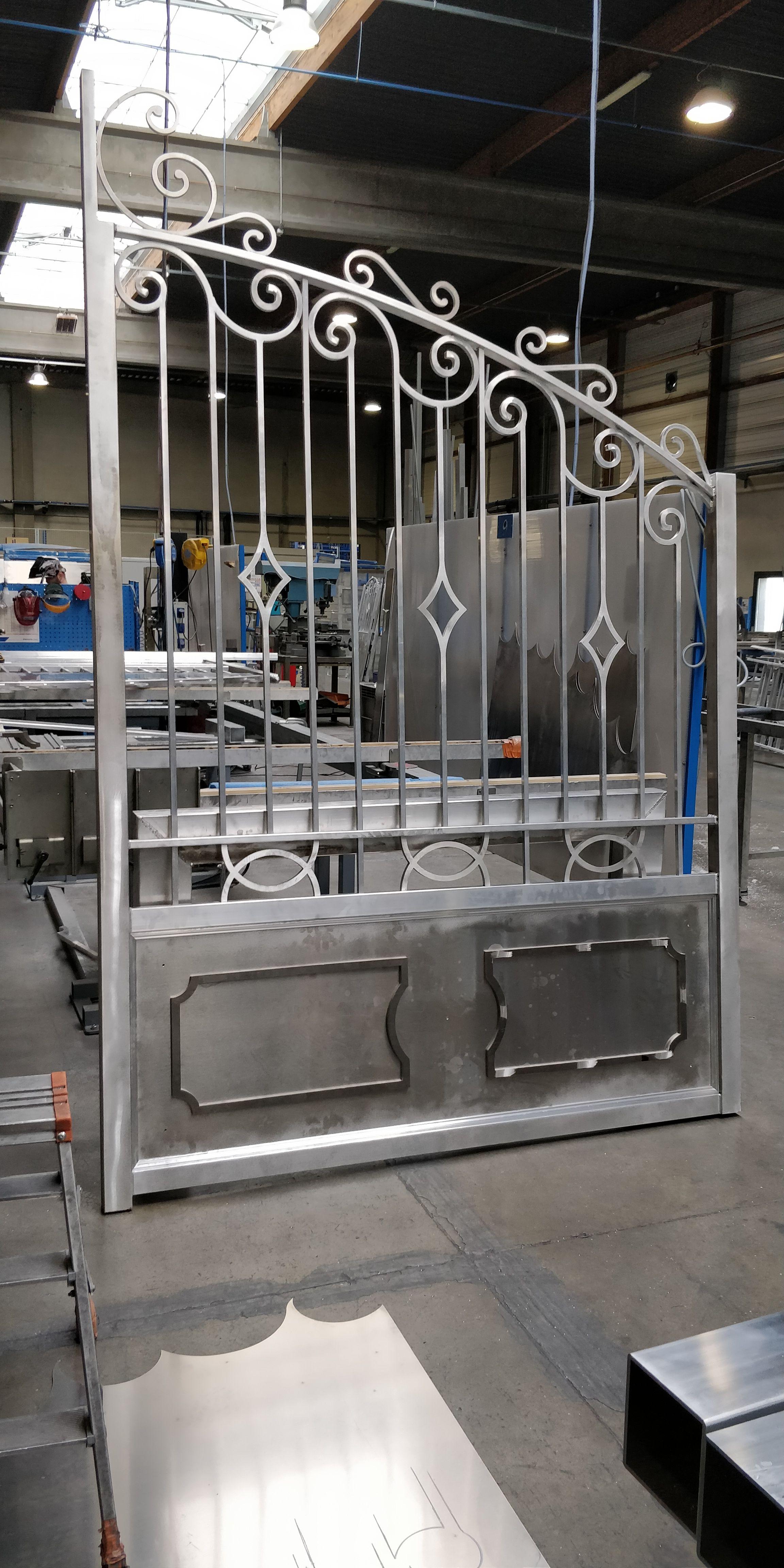 Portail Ouvrage Sur Mesure En Aluminium Soude Portail Portillon Gate Gardecorps Claustra Marquise Aluminium Surmes En 2020 Claustra Portail Portail Portillon