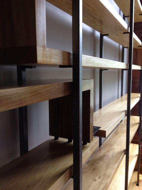 Artículos similares a Moderno madera y acero instalación estante - muebles en madera modernos