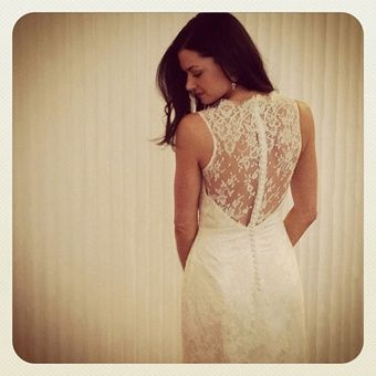absolutely loving the back of this wedding dress, and the style of the dress in general... so classic and gorgeous.