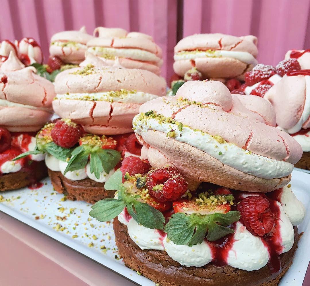 Mini brownies, fraises, meringues