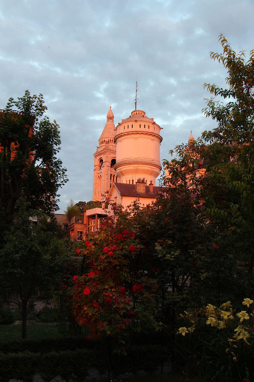 Venez admirer la vue dans les Jardins Renoir au soleil couchant. Les Musée et les jardins sont ...