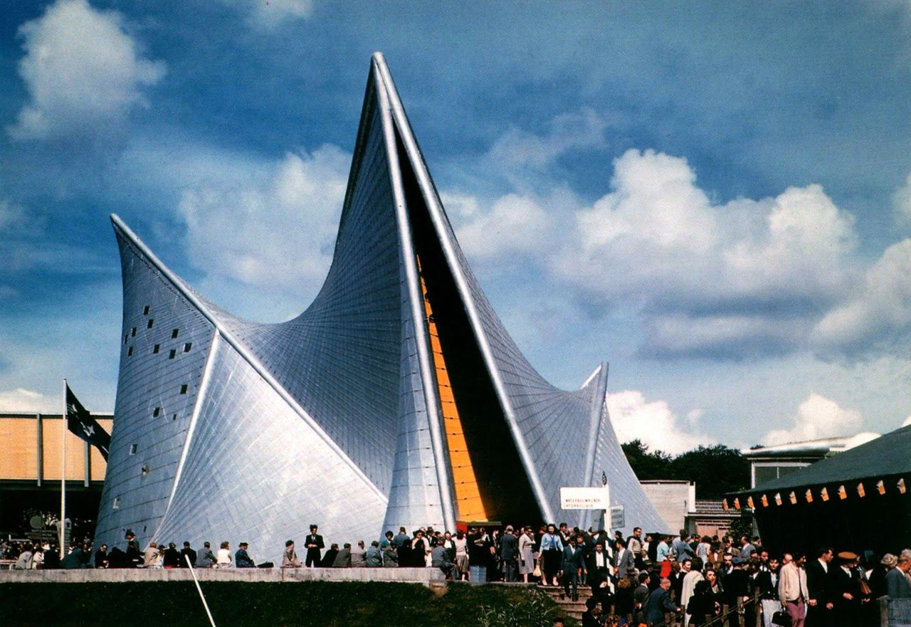 A color picture, or colored, of the Philips Pavilion at the Universal Exhibition in Brussels in 1958.