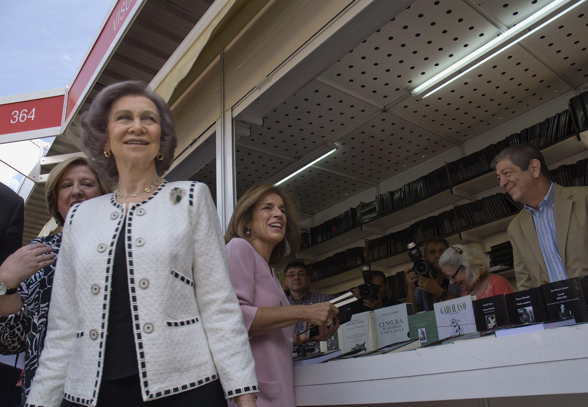 29/05/15. Doña Sofía en la caseta de la Librería Visor de Chus García. Foto © Jorge Aparicio/ FLM15