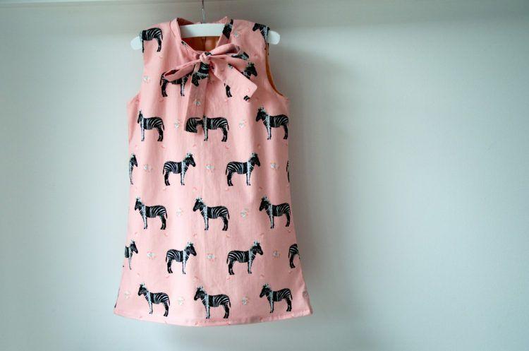 Her en der zag ik van die mooie Laure jurkjes verschijnen, in alle mogelijke varianten. Na het succes van de Tinny jurk wou ik een nieuw Straightgrain patroon ook wel uitproberen. Ik vroeg de menin…