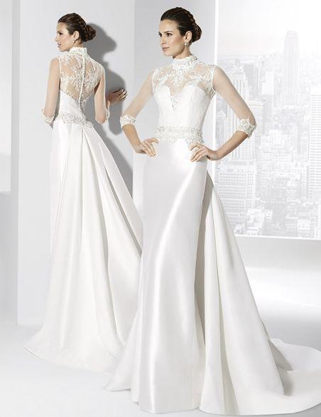 traje de novia de cuello alto y cola postiza.   boda en 2019