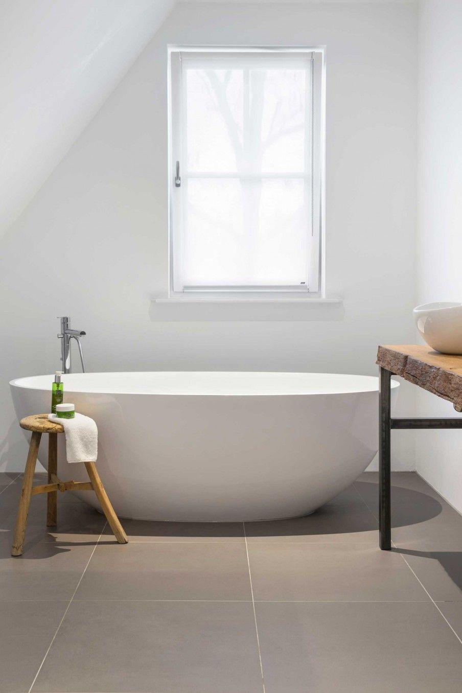 Combi onze tegel + volledig witte badkamer | Bathroom | Pinterest ...