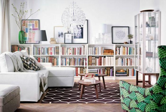 fauteuil blanc, bibliothèque basse en blanc, tapis géométrique ...