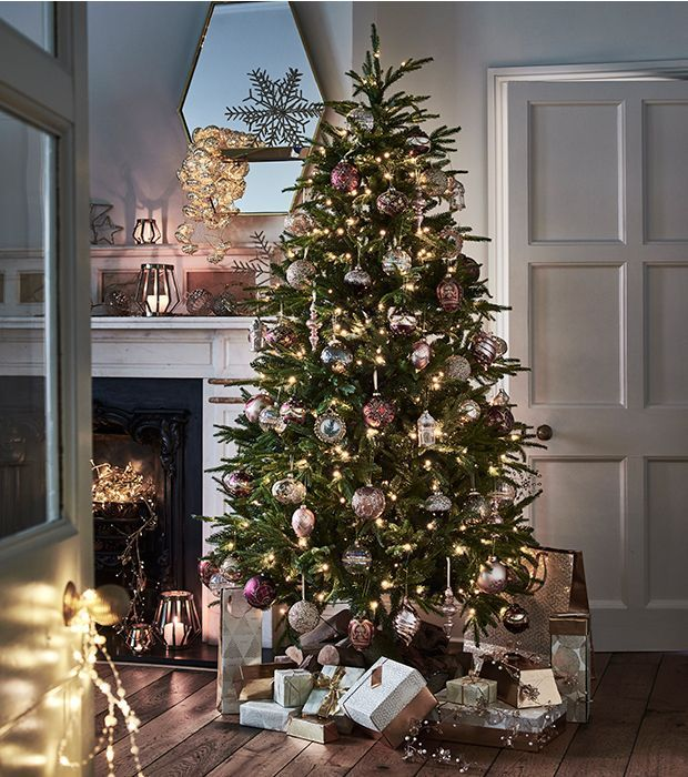 Opulent Christmas tree with gold, silver and bronze Christmas tree  decorations - Opulent Christmas Tree With Gold, Silver And Bronze Christmas Tree