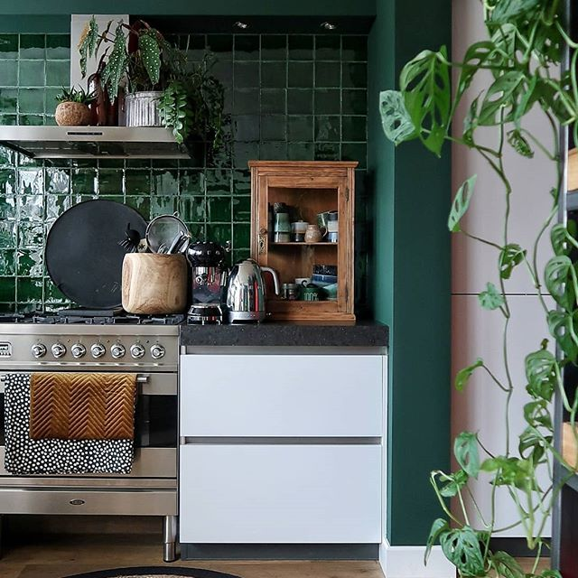 Dark green walls and tiles in the kitchen #green #greentiles #tiles #darkwalls #darkgreenkitchen