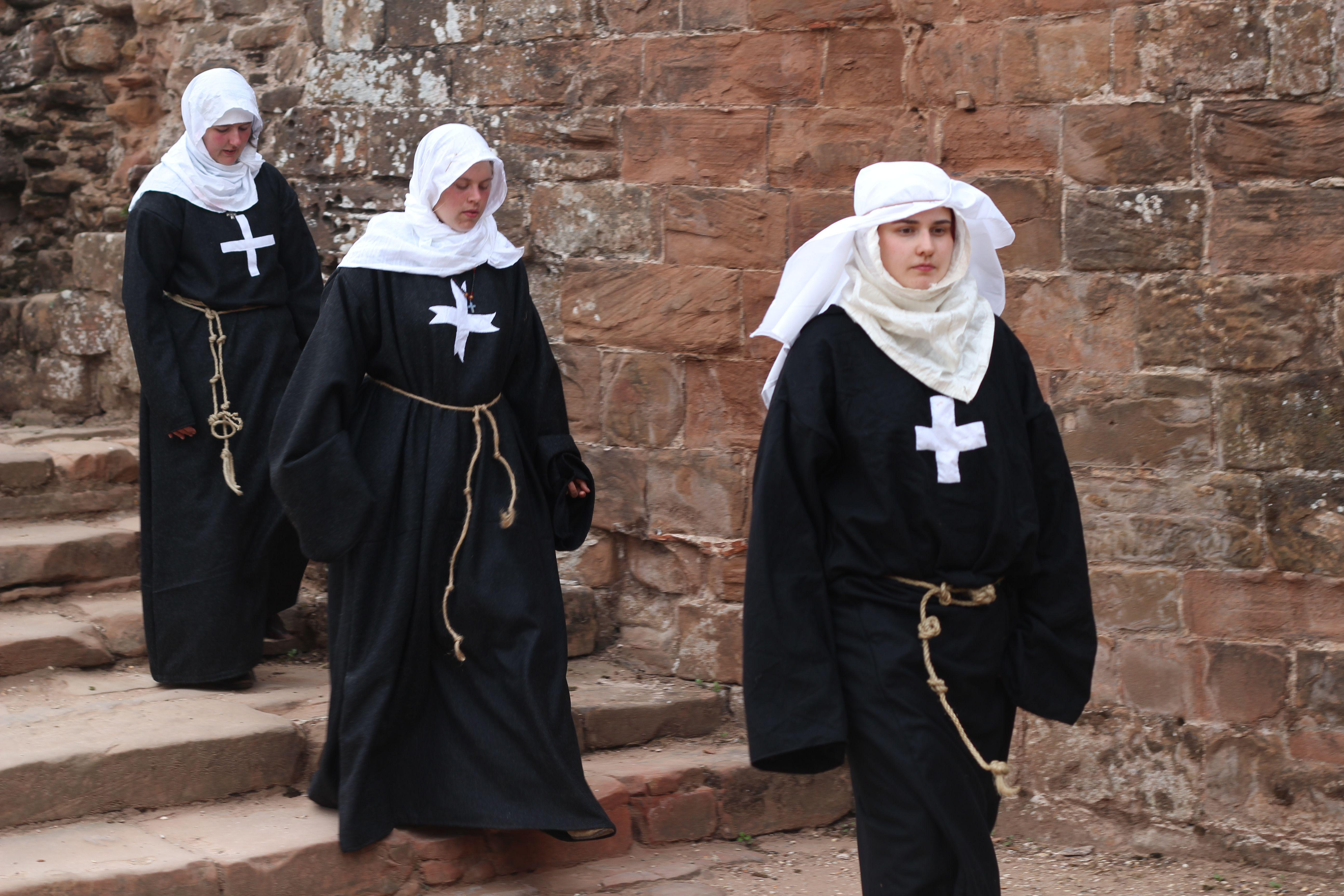 Эротическое фото жены в одежде монахини мастурбация