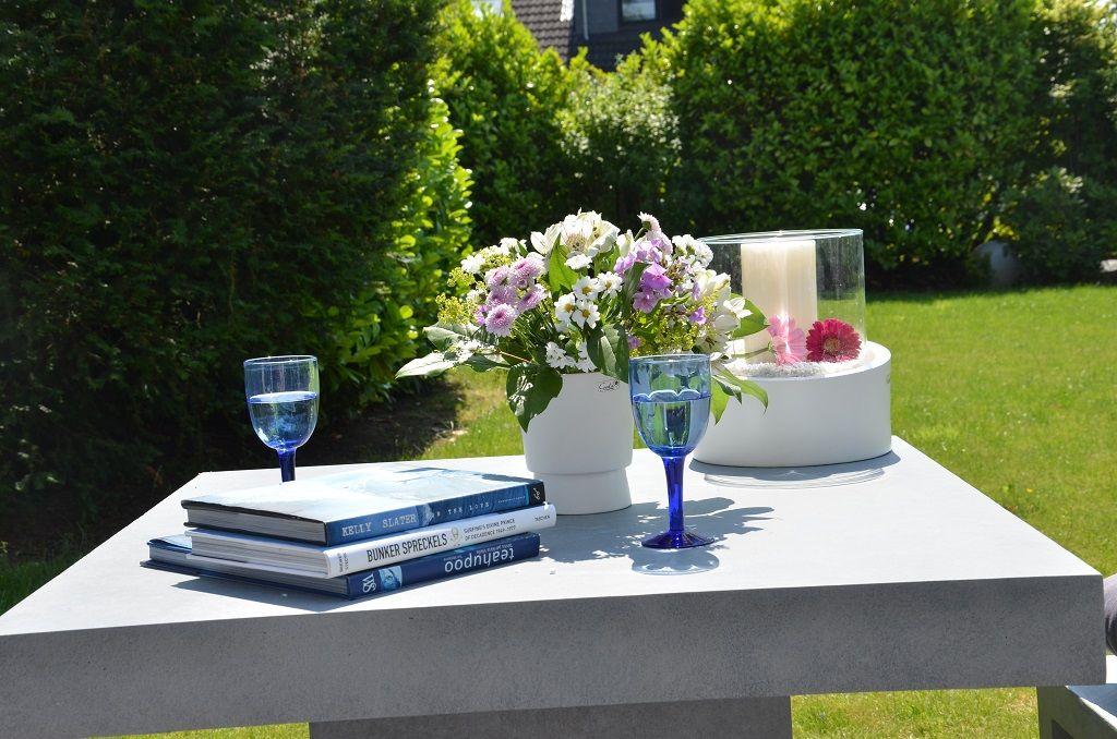 Der Gartentisch Wird Dekoriert Und Ladt Zum Verweilen Ein Tolle