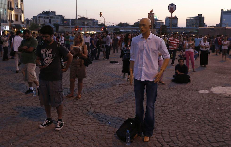 IlPost - Un manichino tra i manifestanti in piazza Taksim a Istanbul, 18 giugno 2013. (AP Photo/Petr David Josek) - Un manichino tra i manifestanti in piazza Taksim a Istanbul, 18 giugno 2013. (AP Photo/Petr David Josek)