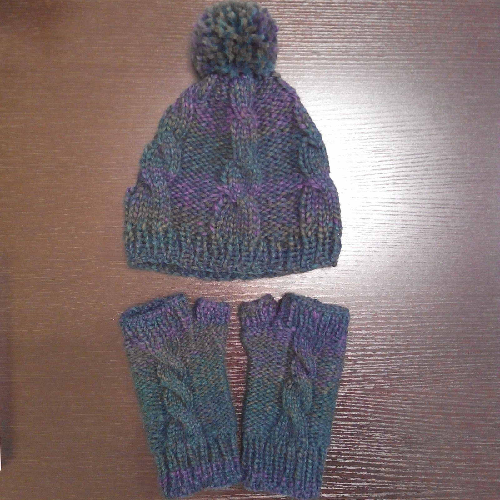 Gorro y mitones con trenzas a dos agujas Knitted hat and mittens Fall Crafts Project  www.fallcraftsproject.com
