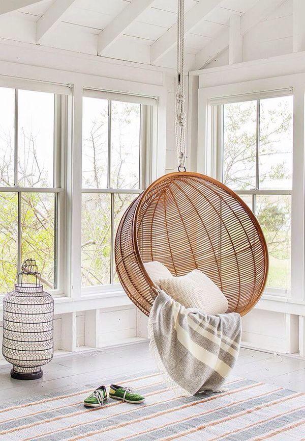 une bulle en rotin suspendu pour bouquiner dans les airs en 2019 fauteuil suspendu chaises
