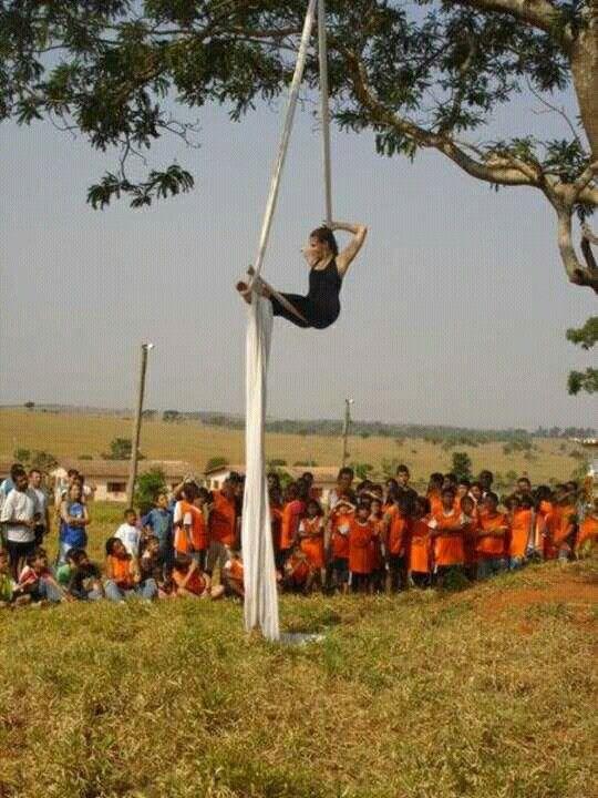 Apresentação de #tecidoacrobatico no lar escola Rafael Maurício em bauru,  2007.  #tecidoacrobatico #aerialsilk #circo #circus #tatianasantiago