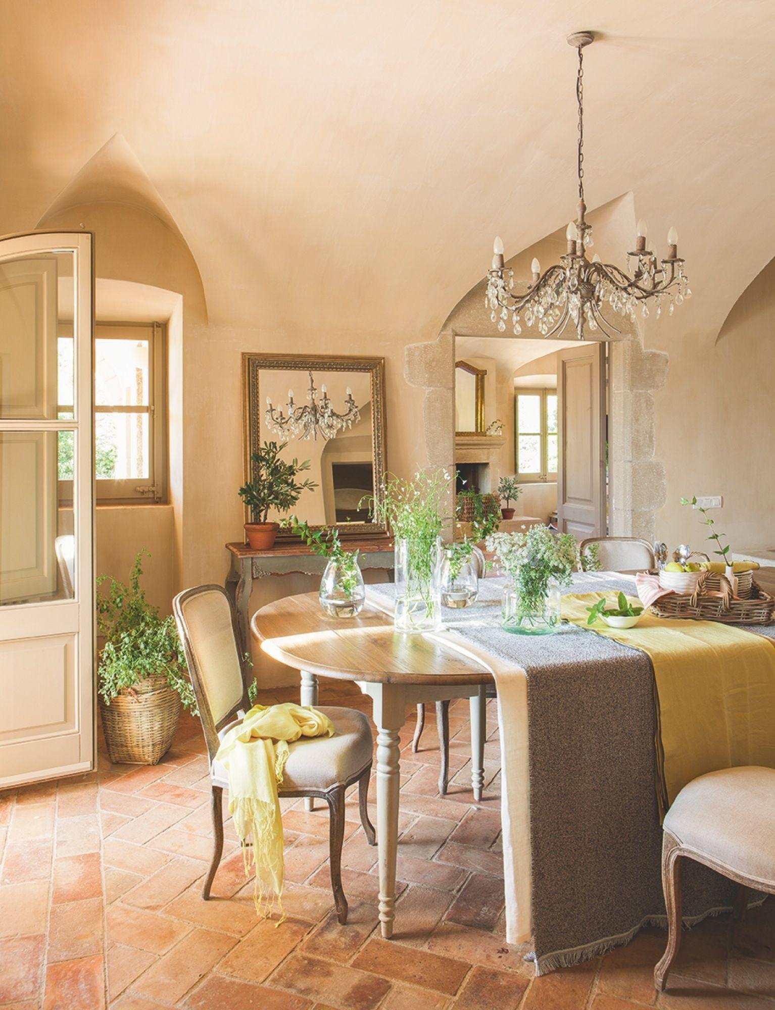 El comedor. Mesa, sillas y lámpara de techo, de India & Pacific ...