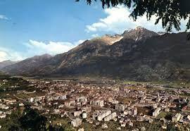 A circa due ore da Milano, facilmente raggiungibile con l'Autostrada, troviamo Aosta, circondata dallo scintillio delle Alpi e dal verde delle sue valli, città ricca di storia e tradizioni.