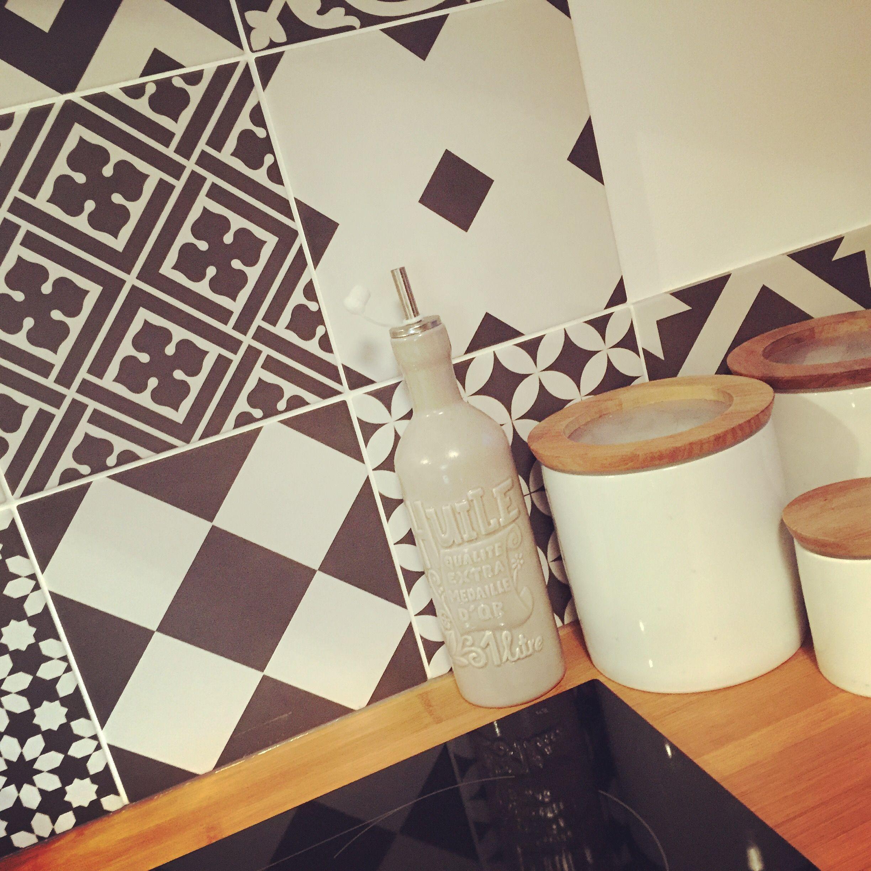 Un Tour Chez Nous Le Magazine Design Decoration Cuisine Carreaux Ciment Noir Blanc Graphique Pot Cuisine Cuisine Blanche Et Bois Idee Deco Cuisine