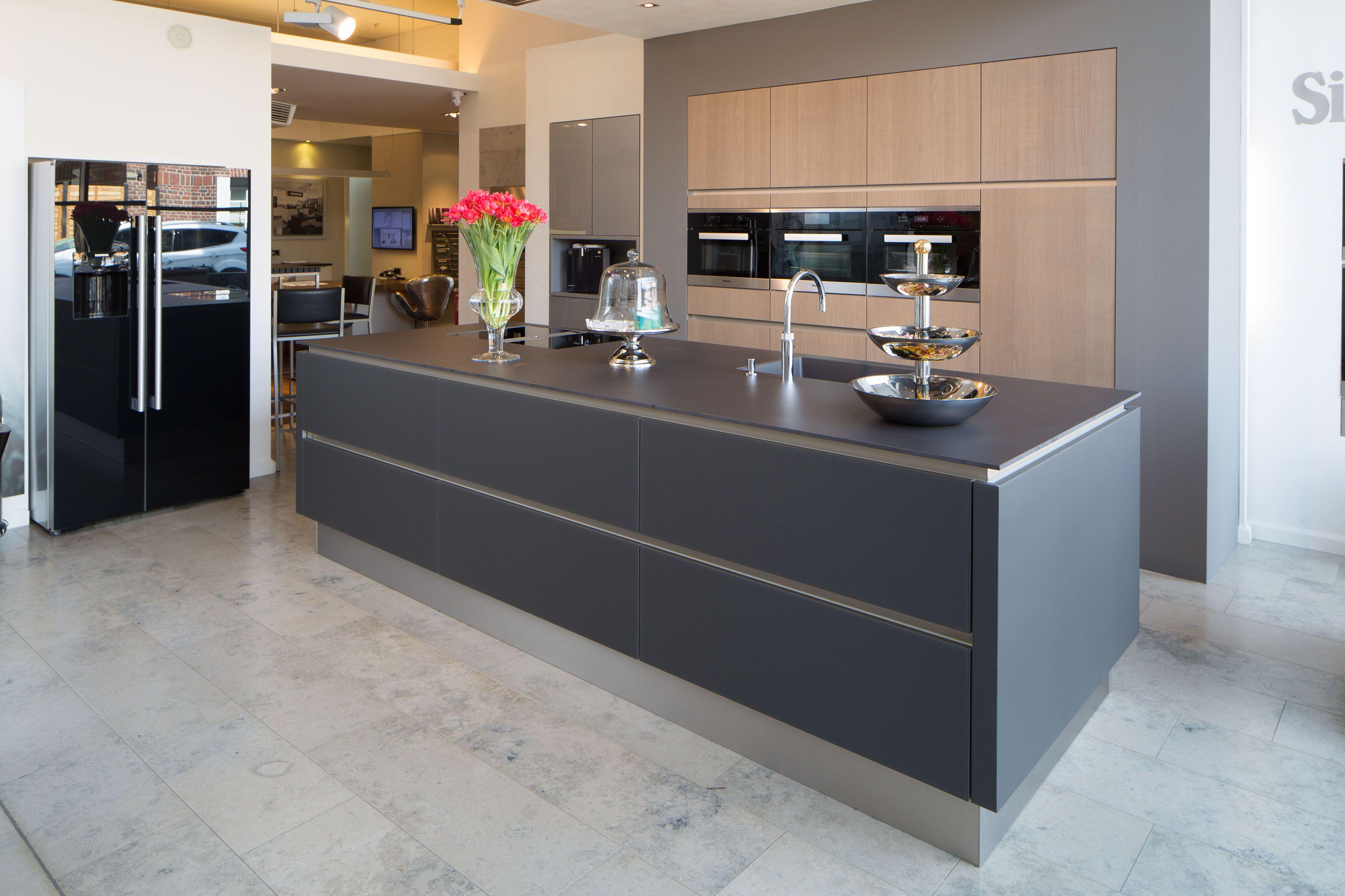 Küche schwarz Glas grifflos mit einer Keramik Arbeitsplatte in 12 ...