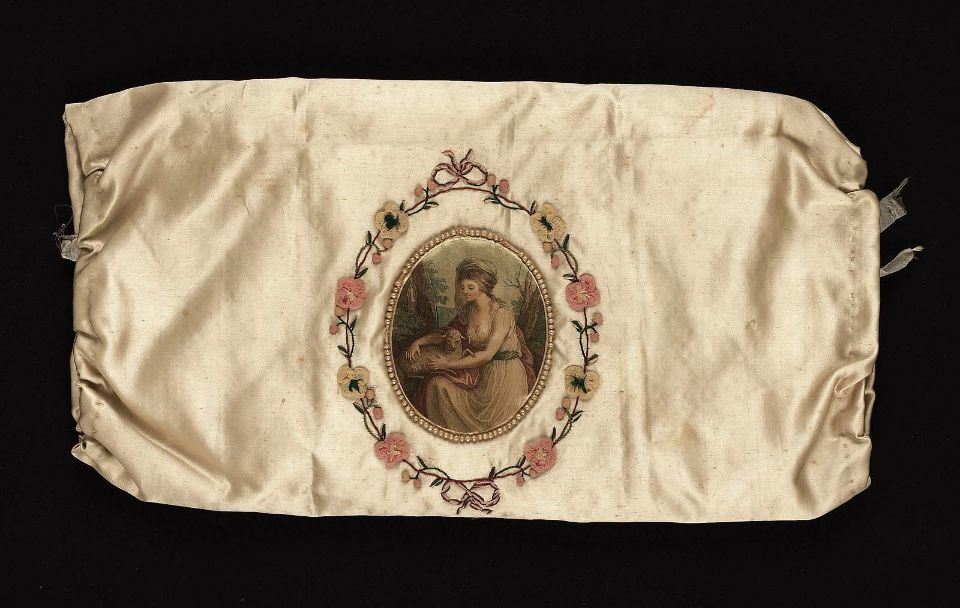 English, 1785–1800 Silk satin, mezzotint on fabric, silk embroidery, pearls, gauze appliques, and silk plain-weave lining. From history of muffs page in Cyrillic.