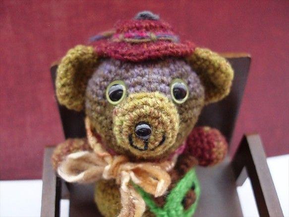 段染めの変わり糸で編みましたカラフルなクマさんです。カーキ、ブラウンなどナチュラル感いっぱいのとてもいい色合いです。アクセントにグリーンの小さなポシェットを持...|ハンドメイド、手作り、手仕事品の通販・販売・購入ならCreema。