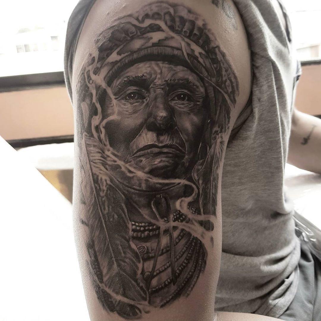 No hay mejor satisfacción que hacer lo que te gusta. Indio Americano, trabajo de 2 sesiones. Espero les guste!! . . Ideas vía DM 📩  Citas: 0998690245 📲 . #art #springfieldtattoostudio #guayaquil #tattooguayaquil #tattooecuador #ecuador #tattooart #artink  #inked #inktattoo #tattooart #tattooartist #venezuelatattoo #colombiatattoo #realismoensombras #realisticink #realism #realistictattoo #indioamericano