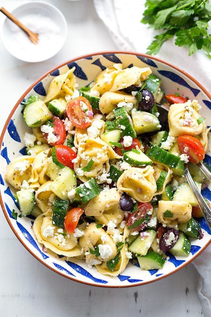 Griechischer Tortellinisalat. Perfekt für BBQ und Grillen, einfach und so lecker! - Kochkarussell.com #nudelsalat #grillen #bbq #sommer #rezept