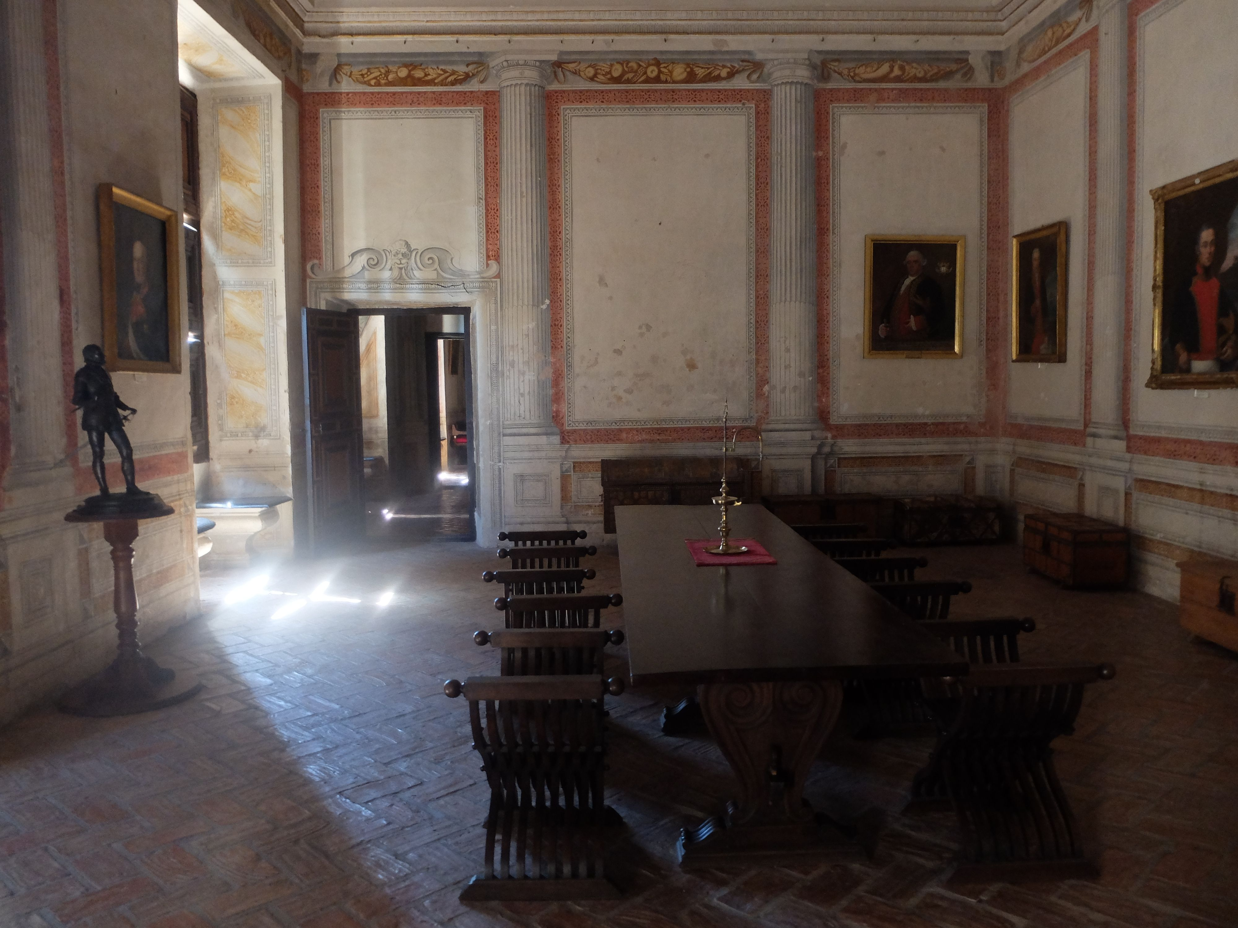 Palacio. Primer piso. Salón con mesa para reuniones.