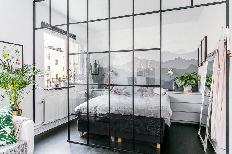 Üvegfallal elválasztott háló, nőies és kontrasztos elemek, fekete padló, tégla egy 35m2-es kis lakásban