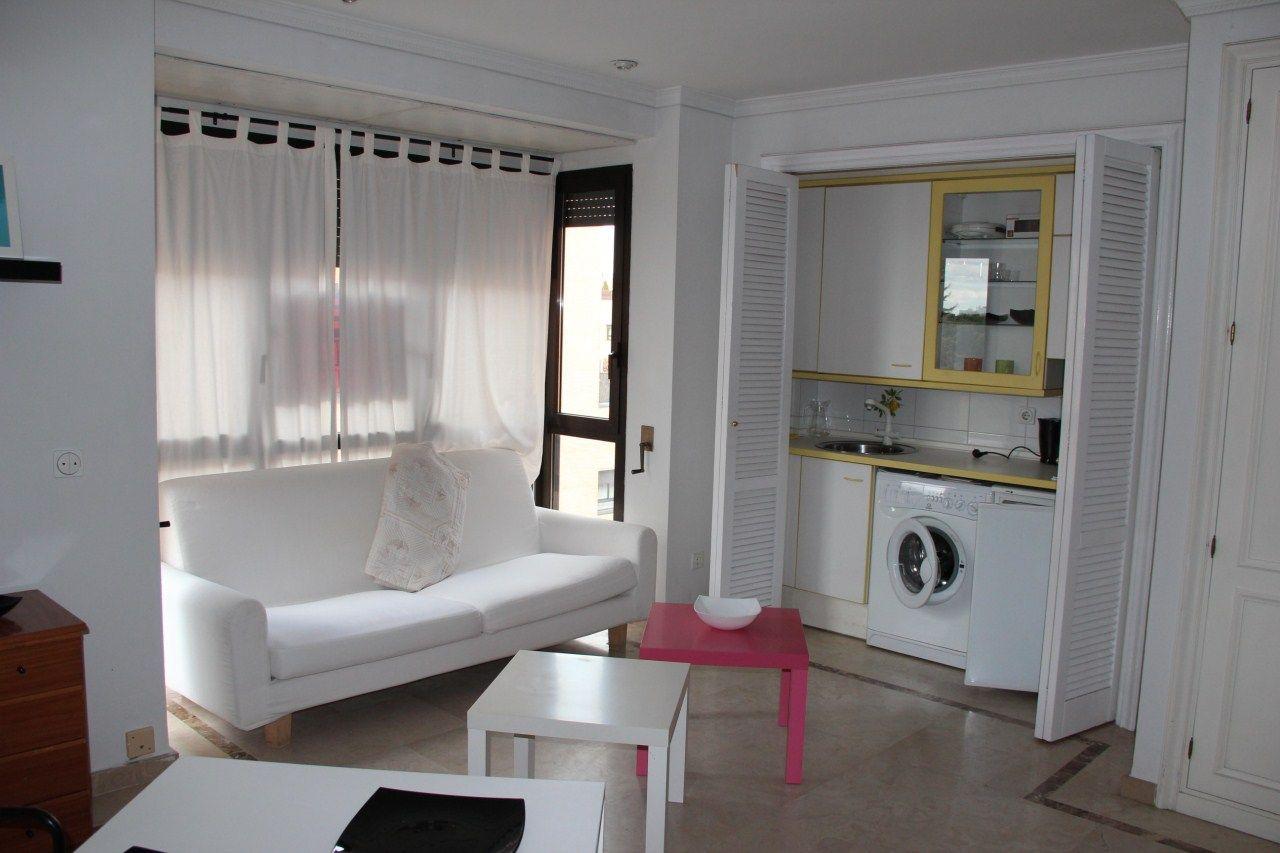 #Cocina integrada en el salón. Buena distribución del espacio en este Estudio en #Venta en Ciudad Lineal, #Madrid. Decoración sencilla en #blanco, sensación de amplitud.