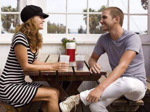 18 señas de que él está interesado. How to tell if he's interested in you #love #sex