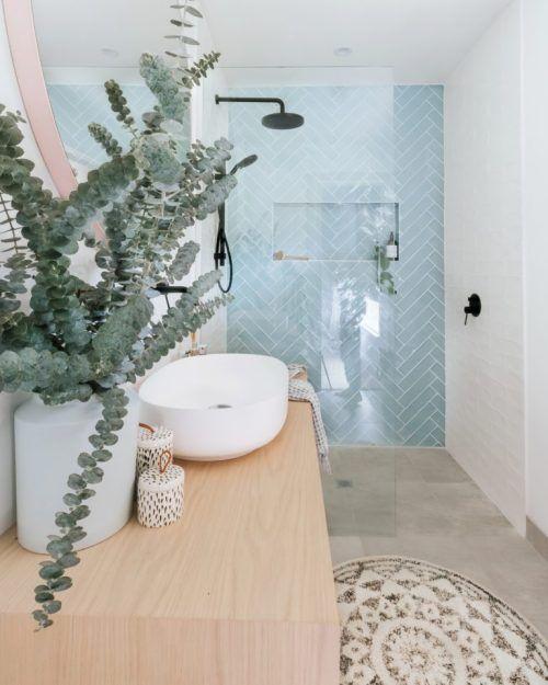 Scandinavische badkamer inspiratie met lichtblauwe visgraat tegels #badkamerinspiratie