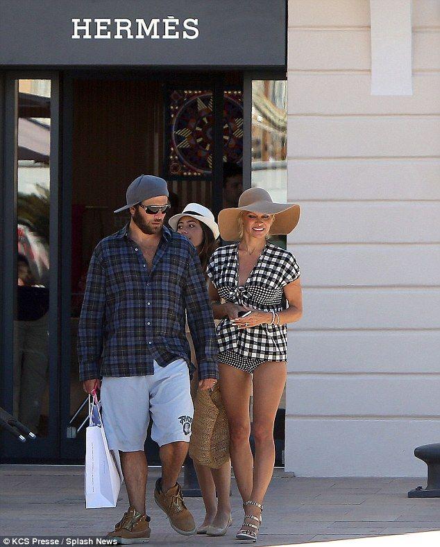 #Pamela #Anderson #blackandwhite #checked #top #bikini #bottoms #wide-brimmed #hat #sandal #stilettos #stillsexy