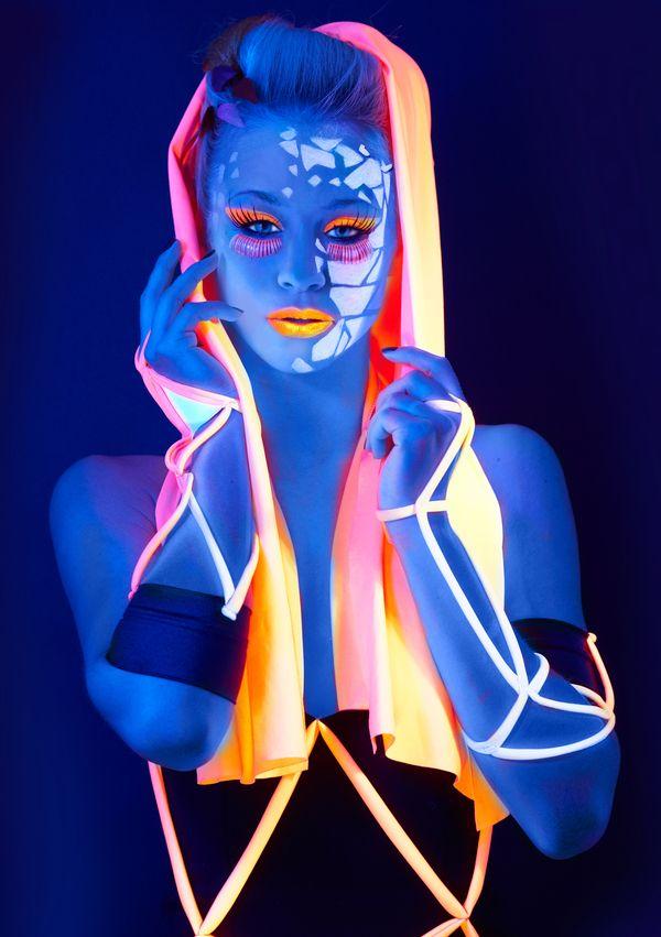 MOVE in Black Light by Anna Kostina, via Behance maquillaje fluor
